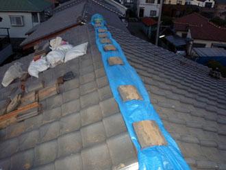 佐倉市 屋根 棟瓦取り直し 漆喰詰め直し 夜はしっかりと養生