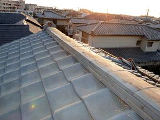 佐倉市 屋根 棟瓦取り直し 漆喰詰め直し 棟部分は様々な形の瓦からなる構造