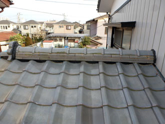 佐倉市 屋根 棟瓦取り直し 漆喰詰め直し 鬼瓦と外壁と接する部分の漆喰の補修