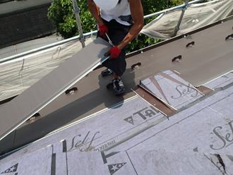 千葉県佐倉市 屋根カバー工法 室内塗装 横暖ルーフきわみを施工中