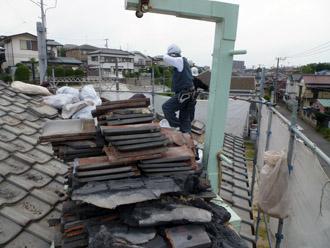 千葉市花見川区 従来の屋根の撤去 撤去した瓦はクレーンで下に下ろします