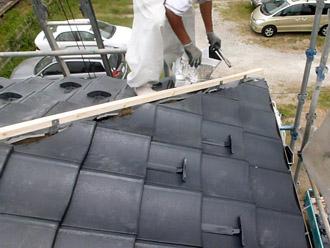 千葉市花見川区 屋根葺き替え 棟を固定する木材(貫板)を棟抑え金具に設置