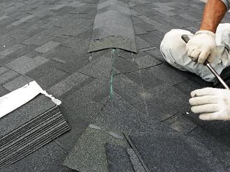 千葉県千葉市花見川区 屋根葺き替え 棟部分のシングル材設置