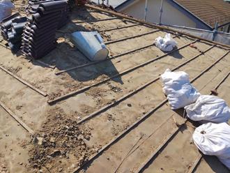 千葉県千葉市花見川区 屋根葺き替え 瓦は整理し土は土のう袋に入れる