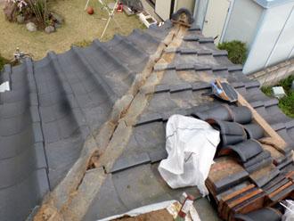千葉市若葉区 屋根 棟瓦漆喰取り直し工事 瓦と古い漆喰の除去と清掃