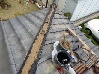 千葉市若葉区 屋根 棟瓦漆喰取り直し工事 泥の両脇を漆喰で固定