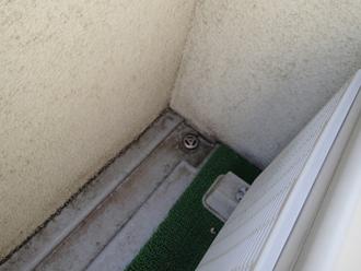 千葉県印旛郡酒々井町 屋根塗装 外壁塗装 点検の様子 バルコニー 排水口周り 汚れ