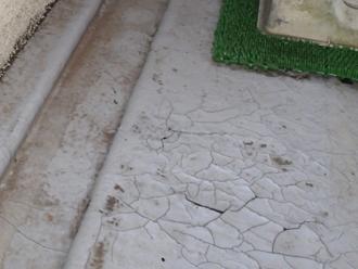 千葉県印旛郡酒々井町 屋根塗装 外壁塗装 点検の様子 バルコニー 床 トップコート ひび割れ 剥がれ