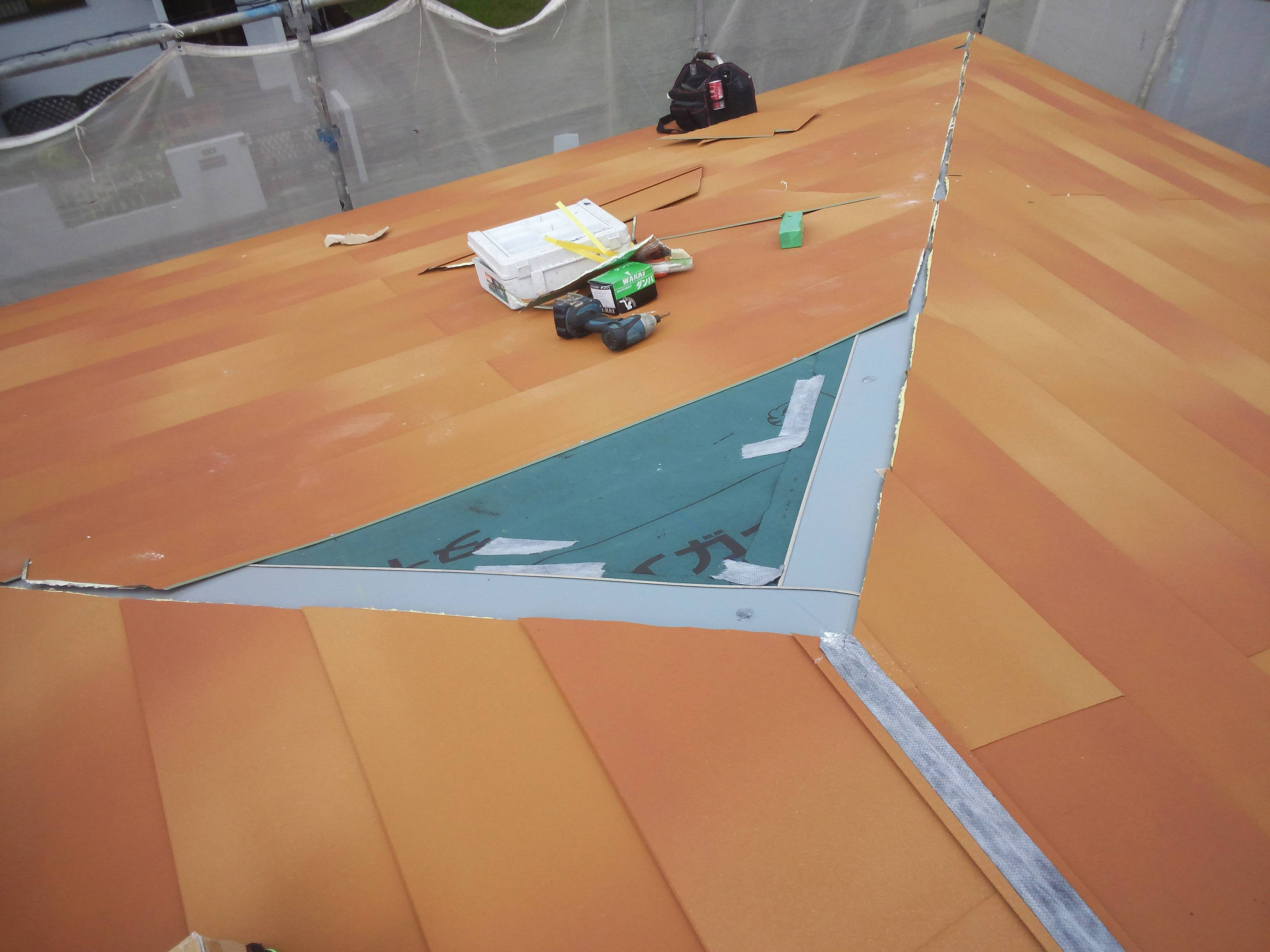 千葉県 大網白里市 屋根カバー工法 新しい棟板金の設置 横暖ルーフテラコッタの設置