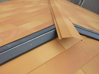 千葉県 大網白里市 屋根カバー工法 新しい棟板金の設置 棟板金も同じ色
