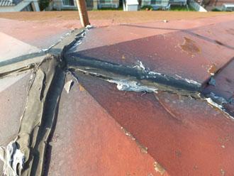木更津市 屋根カバー工法 雨漏りの調査 屋根の上の点検 簡易補修の跡 棟部分