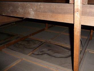 木更津市 屋根カバー工法 雨漏りの調査 小屋裏(屋根裏)の上の点検 雨漏りの跡の発見 天井部分のシミ