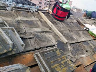木更津市 屋根葺き替え アールロック これまでの屋根材の撤去中に防水紙の劣化を発見 防水紙の破れと崩れ