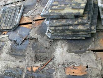 木更津市 屋根葺き替え アールロック これまでの屋根材の撤去中に屋根材の裏にコケの発生を確認