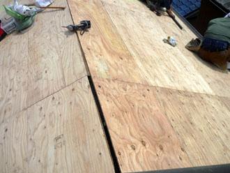 木更津市 屋根葺き替え アールロック 野地板の劣化の補修、これまでの野地板に新しい野地板を張り増し