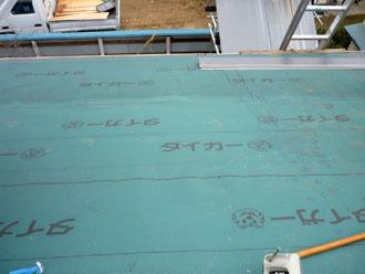 木更津市 屋根葺き替え アールロック 新しい防水紙の敷設