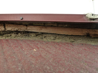 千葉県 袖ヶ浦市 板金交換工事 棟板金の浮きと隙間 土の堆積