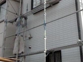 埼玉県 富士見市 屋根塗装 外壁塗装 バルコニー防水 足場を架設する職人
