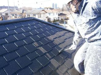 埼玉県 富士見市 屋根塗装 外壁塗装 バルコニー防水 屋根の中塗り ローラー使用