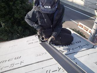 横浜市戸塚区 屋根葺き替え工事 防水紙の敷設 ケラバの加工