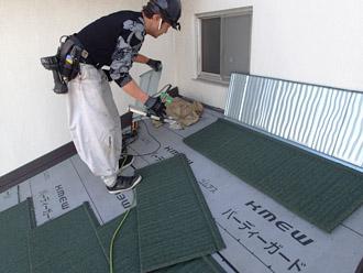 横浜市戸塚区 屋根葺き替え工事 新しい屋根材の設置 ハイブリッド金属屋根材「エコグラーニ」