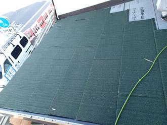 横浜市戸塚区 屋根葺き替え工事 新しい屋根材の設置 ハイブリッド金属屋根材「エコグラーニ」2