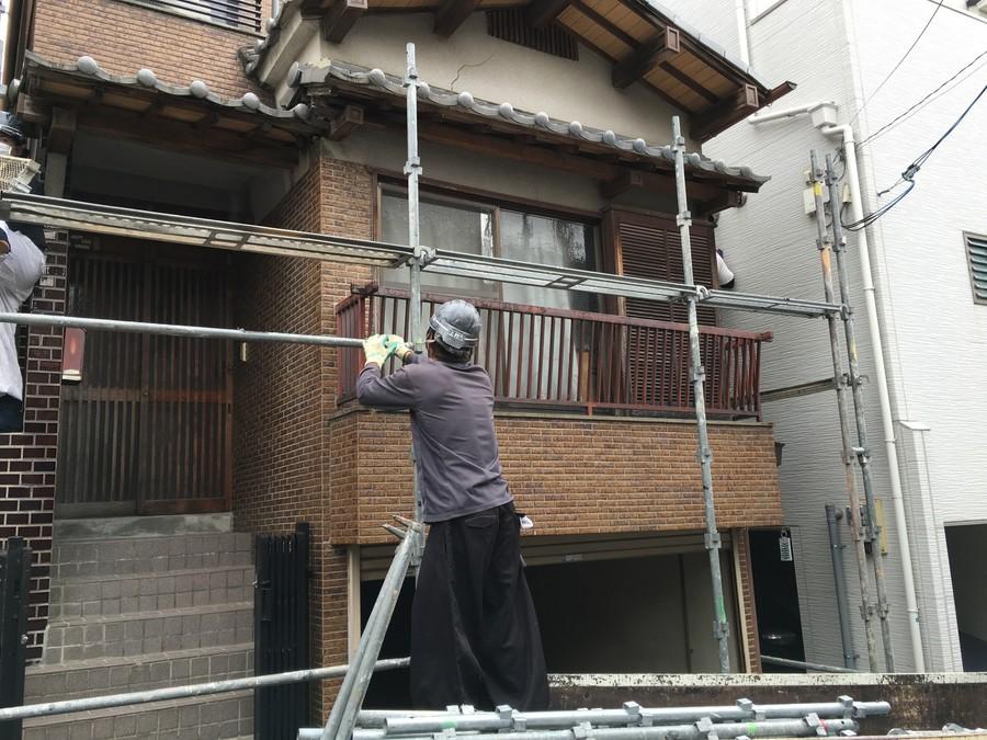 街の屋根やさんは全国各地で屋根工事や屋根リフォームをおこなっています。足場架け払い工事着工。堺市