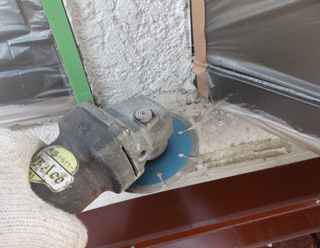 クラック補修 グラインダーで削って隙間を埋める