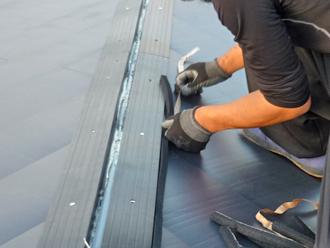 プラスチック樹脂の貫板設置と防水用スポンジ設置