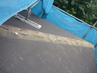 棟板金交換工事 釘穴の補修