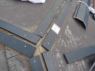 棟板金交換工事 プラスチック樹脂製の貫板を設置