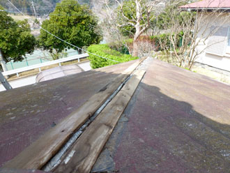 袖ケ浦市 強風で棟板金と雨樋が破損 棟板金・雨樋交換工事 施工前