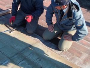 豊島区 スレートから金属屋根エコグラーニへ屋根カバー工法 既存屋根の棟板金部分の撤去作業打合せの様子