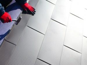 八王子で屋根葺き替え工事のガルバリウム鋼板金属屋根の設置