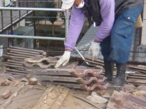 杉並区 屋根葺き替え工事 セメント瓦からジンカリウム鋼板のエコグラーニへ 撤去した瓦を丁寧に重ねる