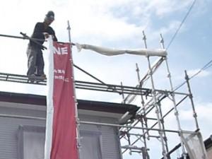 三鷹市 屋根葺き替え工事完工 仮設の足場解体作業 養生シートや懸垂幕もはずします
