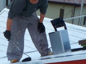 品川区 屋根塗装 遮熱塗料サーモアイsi 中塗りをする施工スタッフ