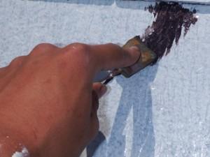 調布市 屋根塗装 外壁塗装 下塗り後の中塗りに入る前に下地補修する箇所のヒビの補修(3)