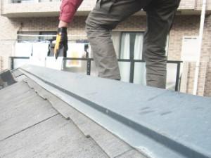 中野区 屋根塗装 外壁塗装 屋根にのぼって点検をする施行スタッフ