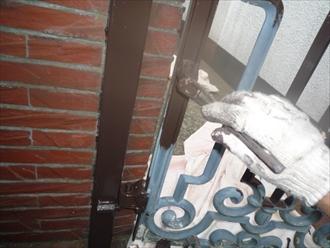 戸塚区、門扉下塗り