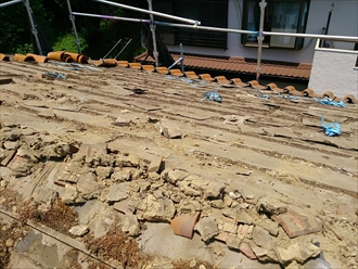 戸塚区、瓦の撤去
