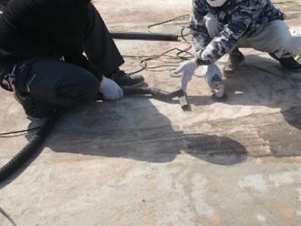 屋上防水ケレン作業