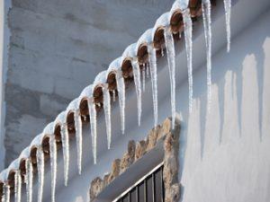 屋根に積もる雪