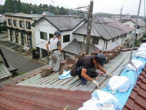 屋根葺き直しで既存の瓦を葺き直している様子