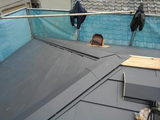 ガルバリウム鋼板を葺いている様子