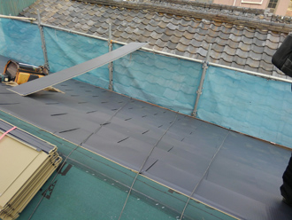 屋根材を葺いている様子