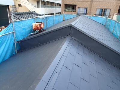 屋根の取り合いにもガルバリウム鋼板を設置