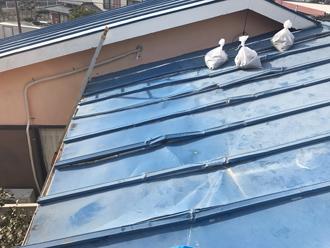 瓦棒屋根が風に煽られてべこべこに