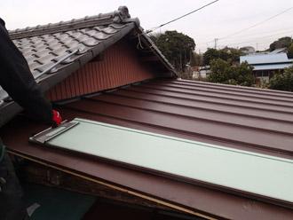 ガルバリム鋼板金属屋根の施工の様子
