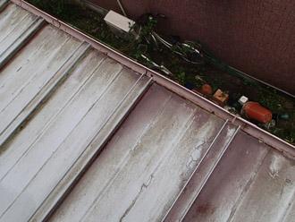 瓦棒屋根の軒先